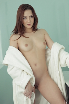Join babe Cassie Laine as she aims the pulsing spray of water at her bald pussy in search of a wet and satisfying orgasm